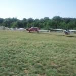 Unsere geparkten Flieger (links Motorsegler G109, rechts UL FK9)